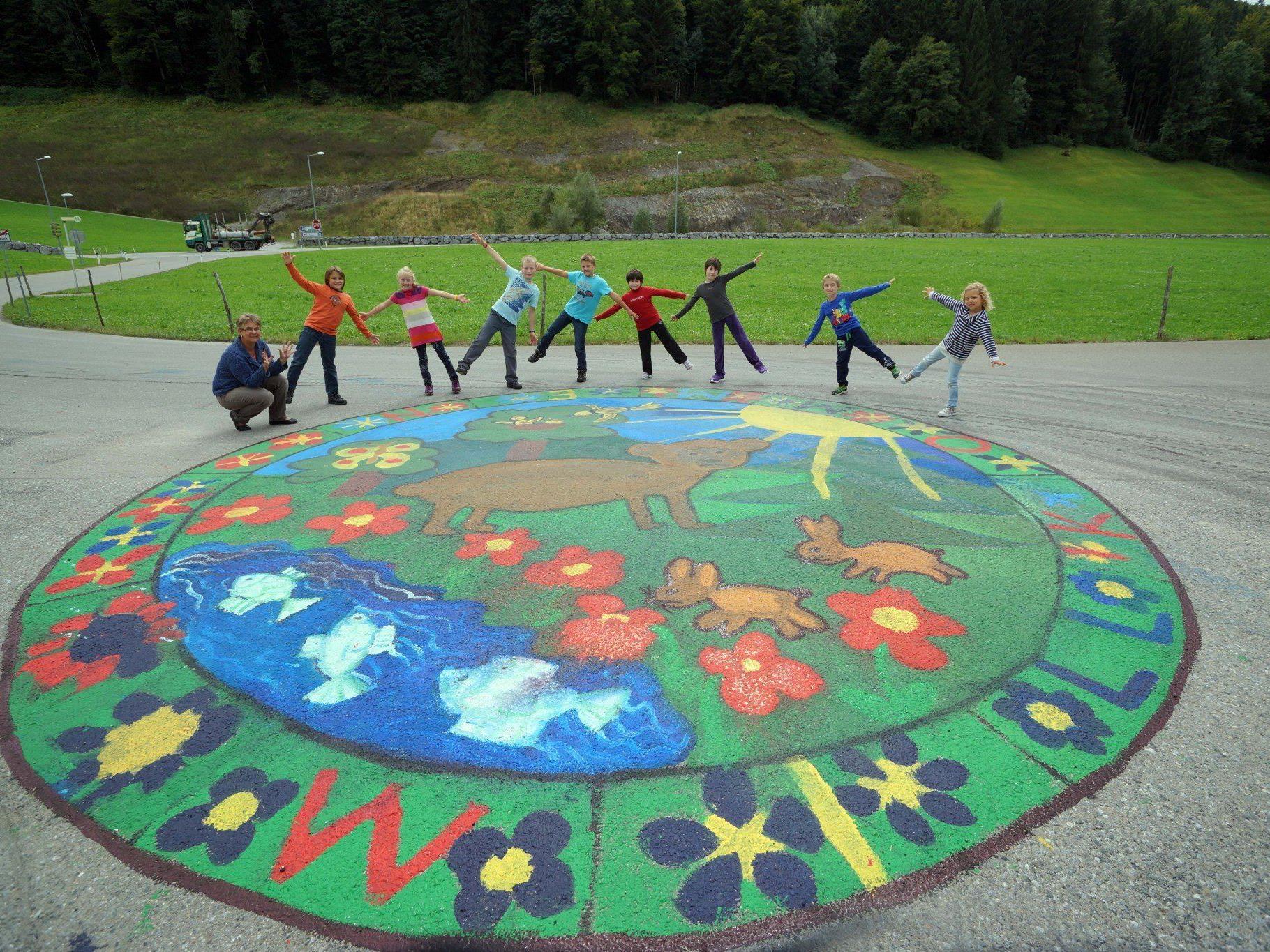 Bürgermeister Bernhard Kleber und Direktor Christina Greußing mit den Kindern vor dem gelungenen Mandala