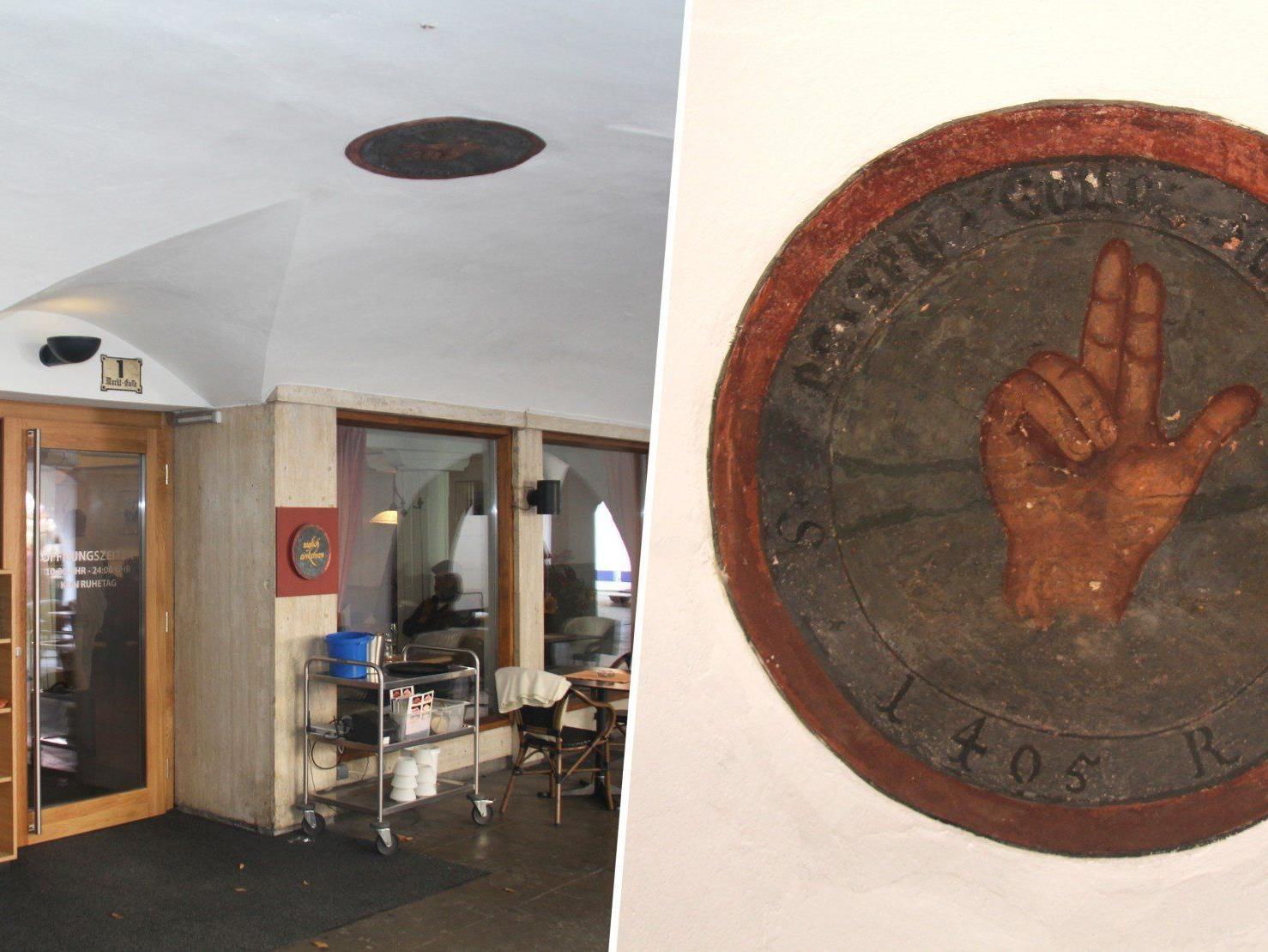 Das Asylzeichen, eine Schwurhand mit der Jahreszahl 1405, hat sich am Plafond des Laubenbogens bis heute erhalten.