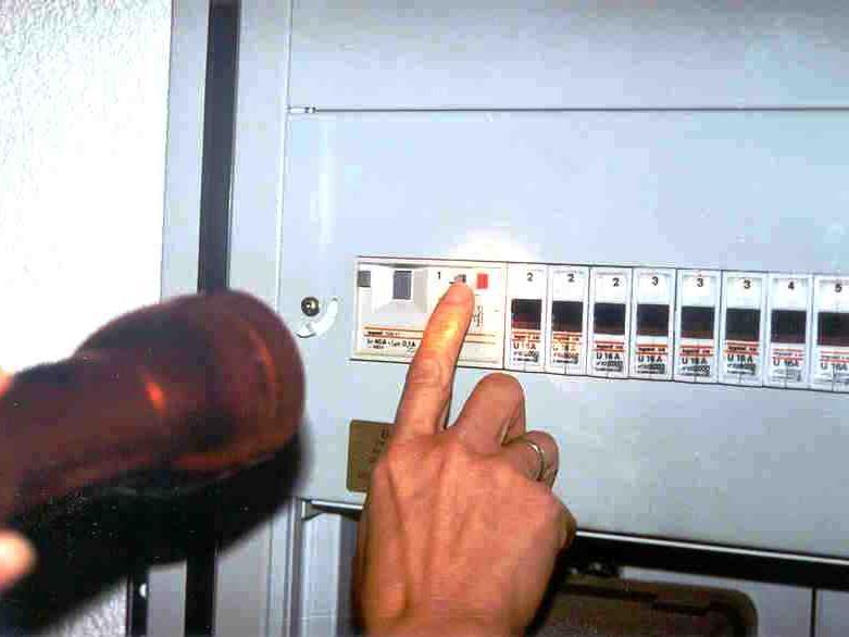 Zeitumstellung: Ein guter Grund, den FI-Schalter zu prüfen.