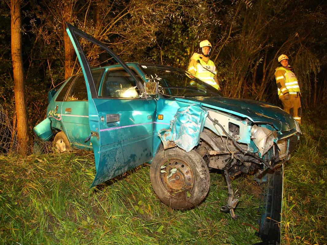 Das Fahrzeug wurde bei dem Unfall schwer beschädigt.