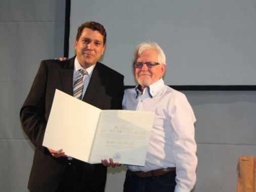 Zum Abschied in die Pension überraschte Bürgermeister Harald Köhlmeier den langjährigen Harder Pfarrer Georg Meusburger mit der Ehrenbürgerschaft der Marktgemeinde.