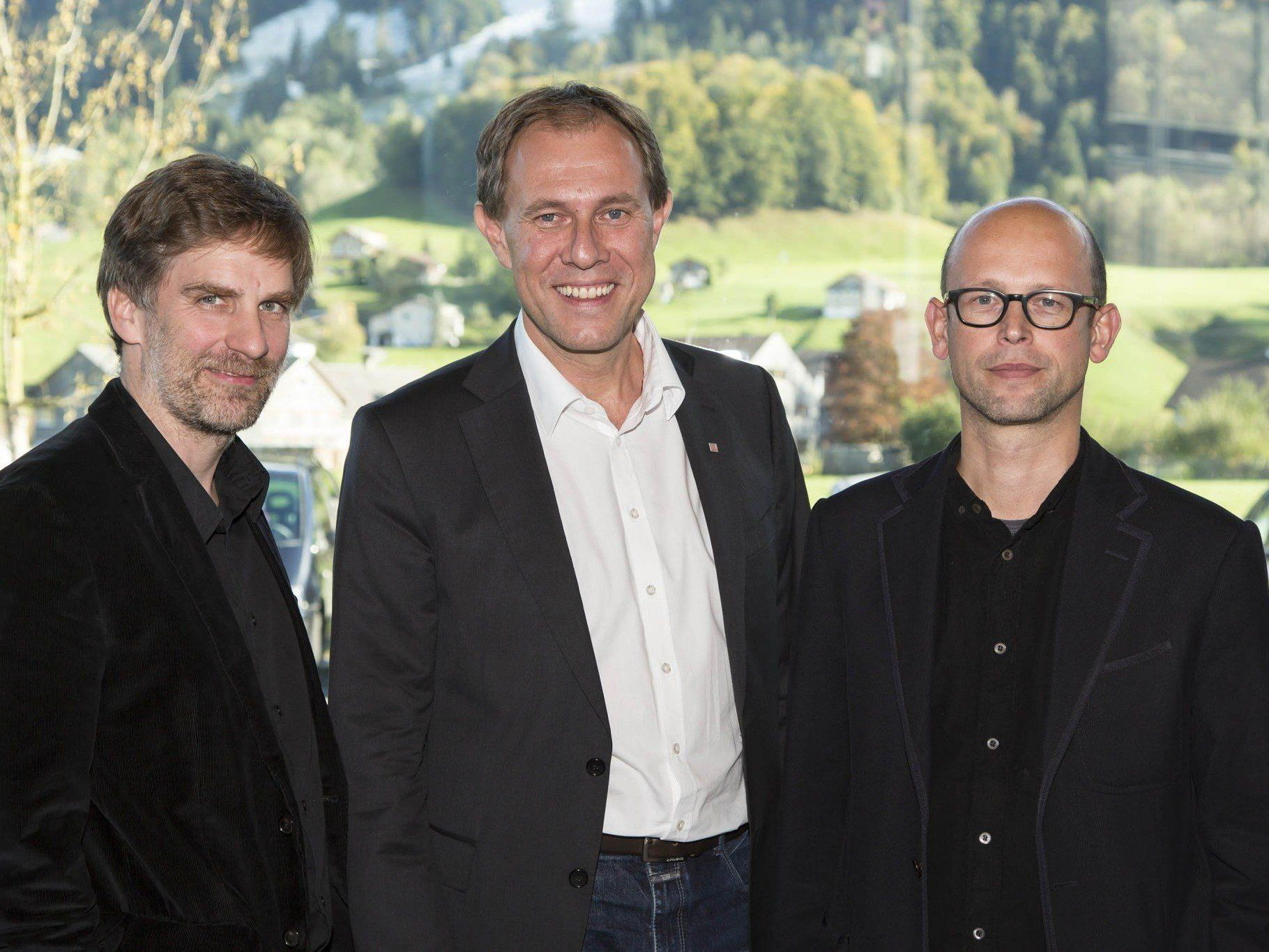 Gastgeber Winfried Nussbaummüller (Kulturabteilung der Landesregierung Vorarlberg) und Christian Schützinger (Vorarlberg Tourismus) mit Moderator Hans-Joachim Gögl