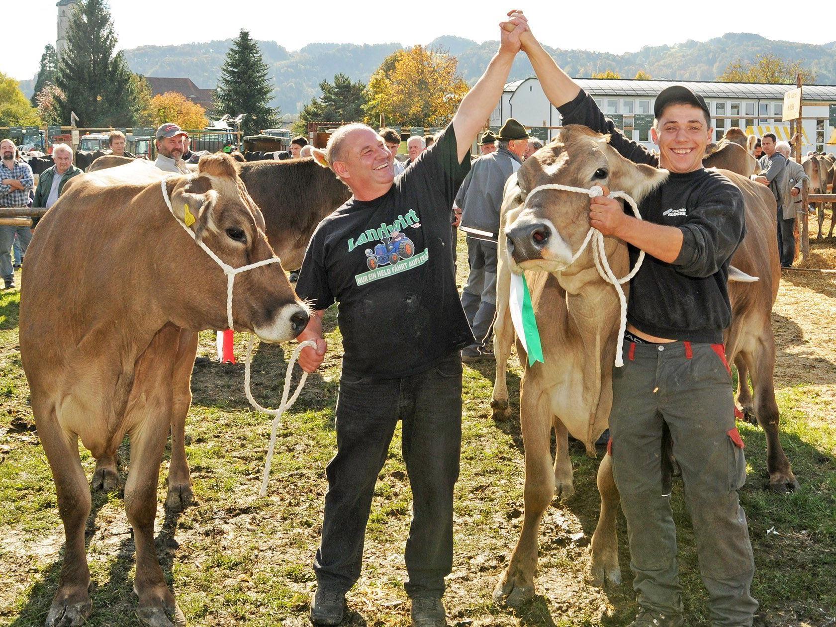 Heinz Blum und Helfer Mark Waldner freuen sich über die hervorragende Platzierung beim Viehfest.