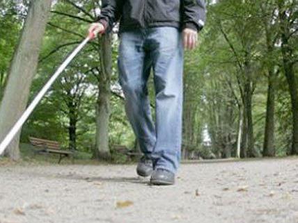 Ein Mann mit Blindenstock ist niedergeschlagen worden.
