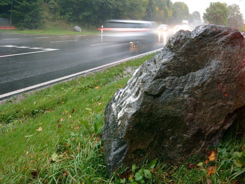 Auch wenn es schnell aussieht - starker Regen lässt die meisten von sich aus langsamer fahren.