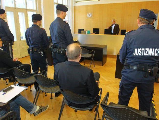 54 und 55 Jahre alte Angeklagte sollen bei mehr als 20 Einbrüchen 178.000 Euro erbeutet haben