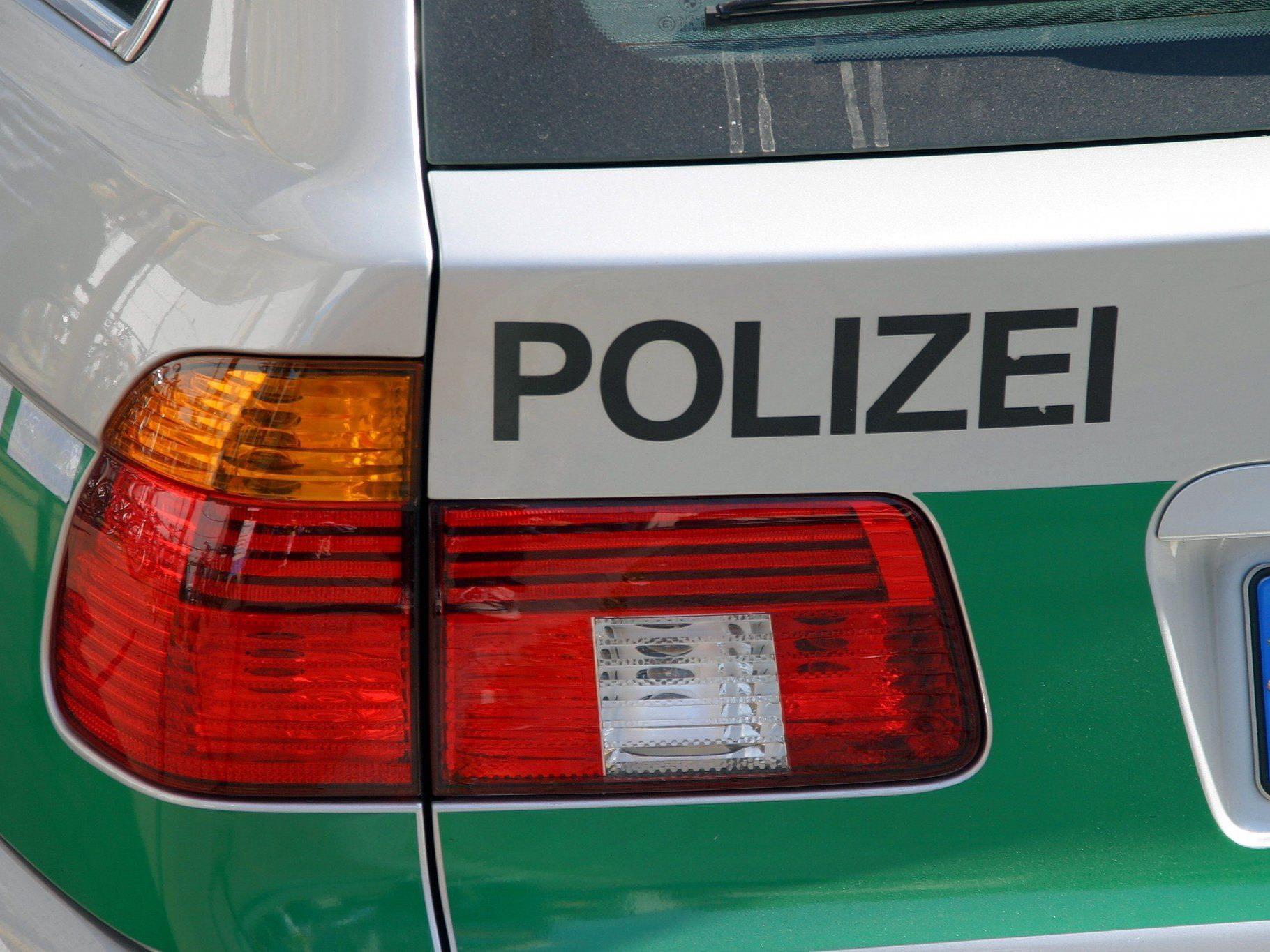 Wie die Polizei am Samstag mitteilte, hatte das Trio dem Opfer aufgelauert.