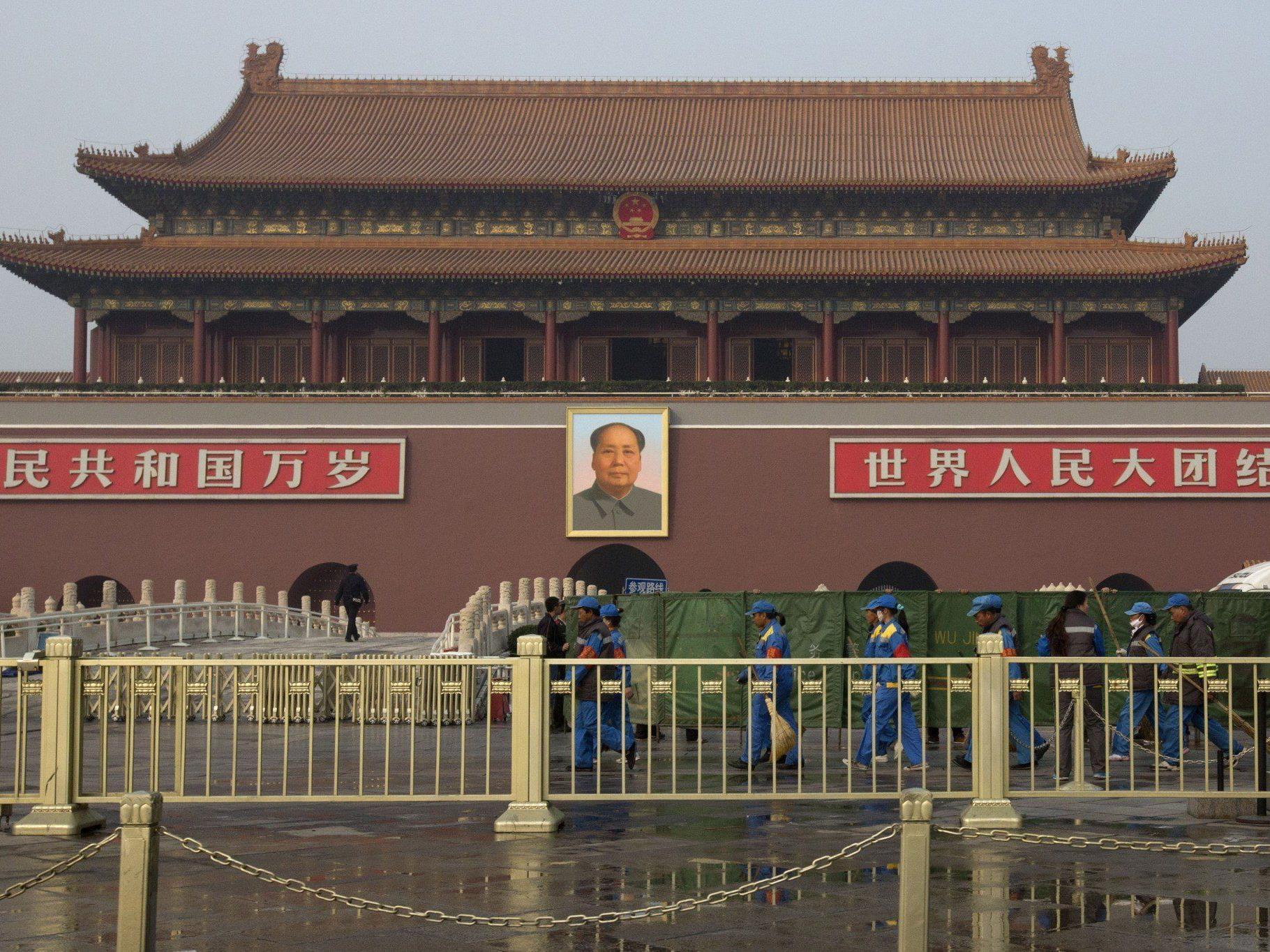 Eine Auto fuhr auf den Tiananmen-Platz in Peking und fing Feuer - mehrere Menschen wurden verletzt.