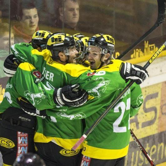 Der EHC Lustenau gewinnt das Derby gegen den Meister knapp mit 5:4 im Penaltyschießen.