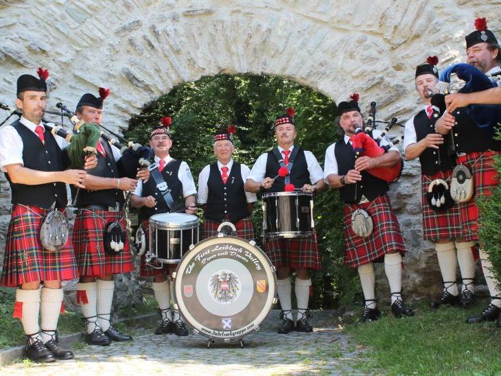 """Wieder ein Auftritt vor Millionen-Publikum: Mit den """"First Leiblach Valley Pipes & Drums"""" kommt schottisches Flair in SOKO Kitzbühel."""