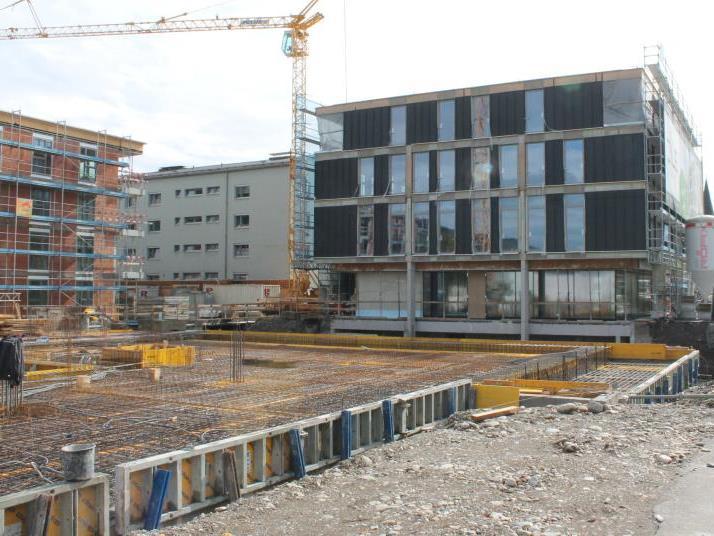 Der Baufortschritt liegt im Plan, auf dem Dach des ehemaligen Rathauses wird die Installation der Photovoltaik-Anlage vorbereitet.