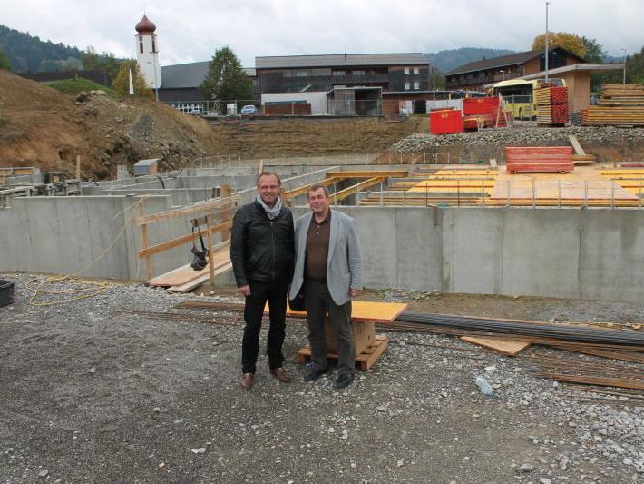 Lokalaugenschein auf der Baustelle im Krumbacher Zentrum – Erich Mayer und Günter Morscher (l.) erläutern das Bauvorhaben.
