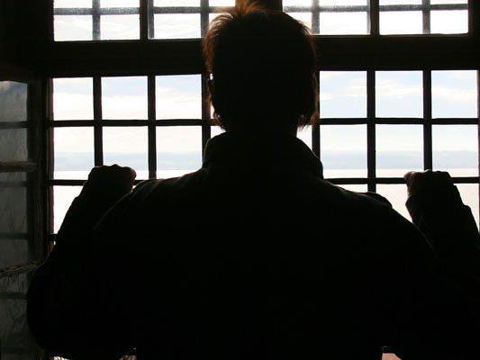 Prozess: Häftling soll Wachebeamten bei Kontrolle attackiert haben.