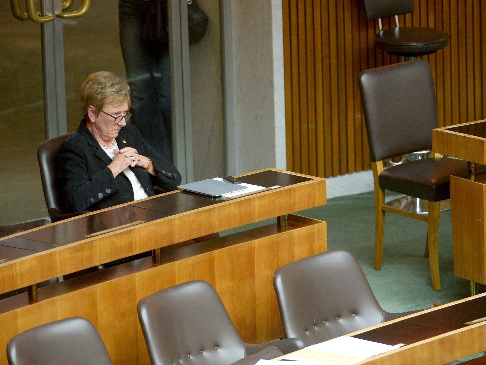 Monika Linder, die als wilde Abgeordnete ziemlich allein im Parlament sitzt, soll Aufträge zugeschanzt haben.