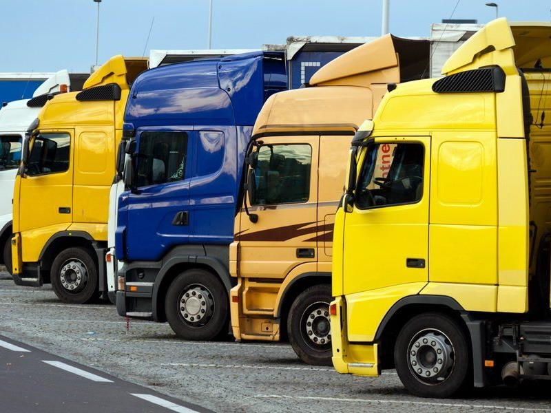 Lkw-Fahrer wegen Fälschung öffentlicher Beglaubigungszeichen angeklagt.