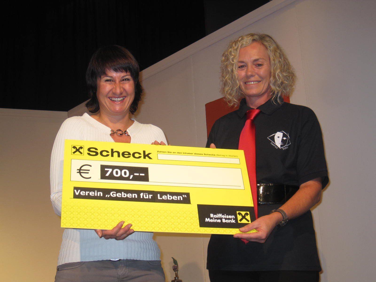 Theategruppe Doren überreichte dem Verein Geben für Leben-Obfrau Susanne Marosch einen Scheck.