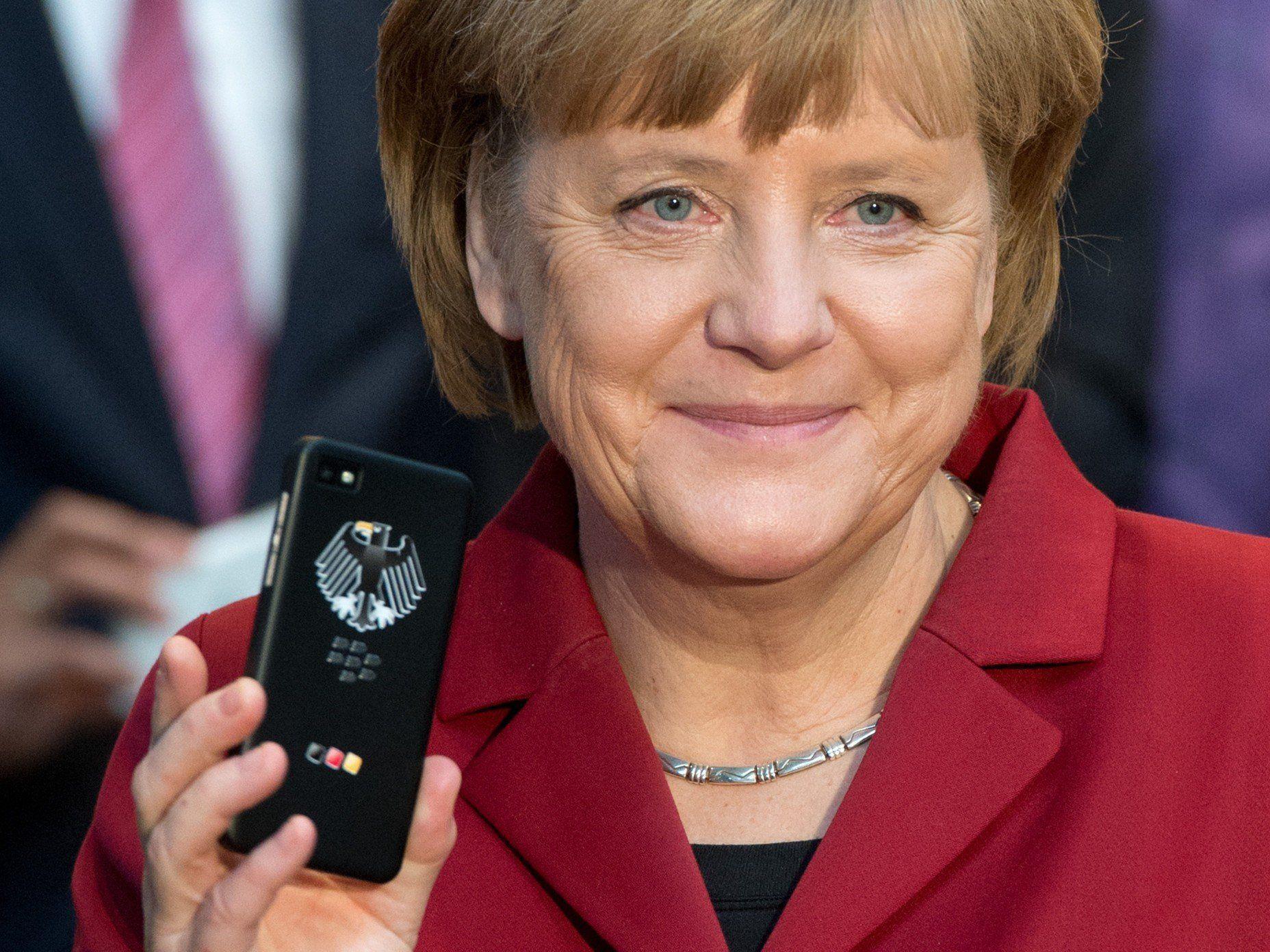 """Angela Merkel auf der CeBIT 2013, in der Hand ein """"abhörsicheres"""" Smartphone..."""