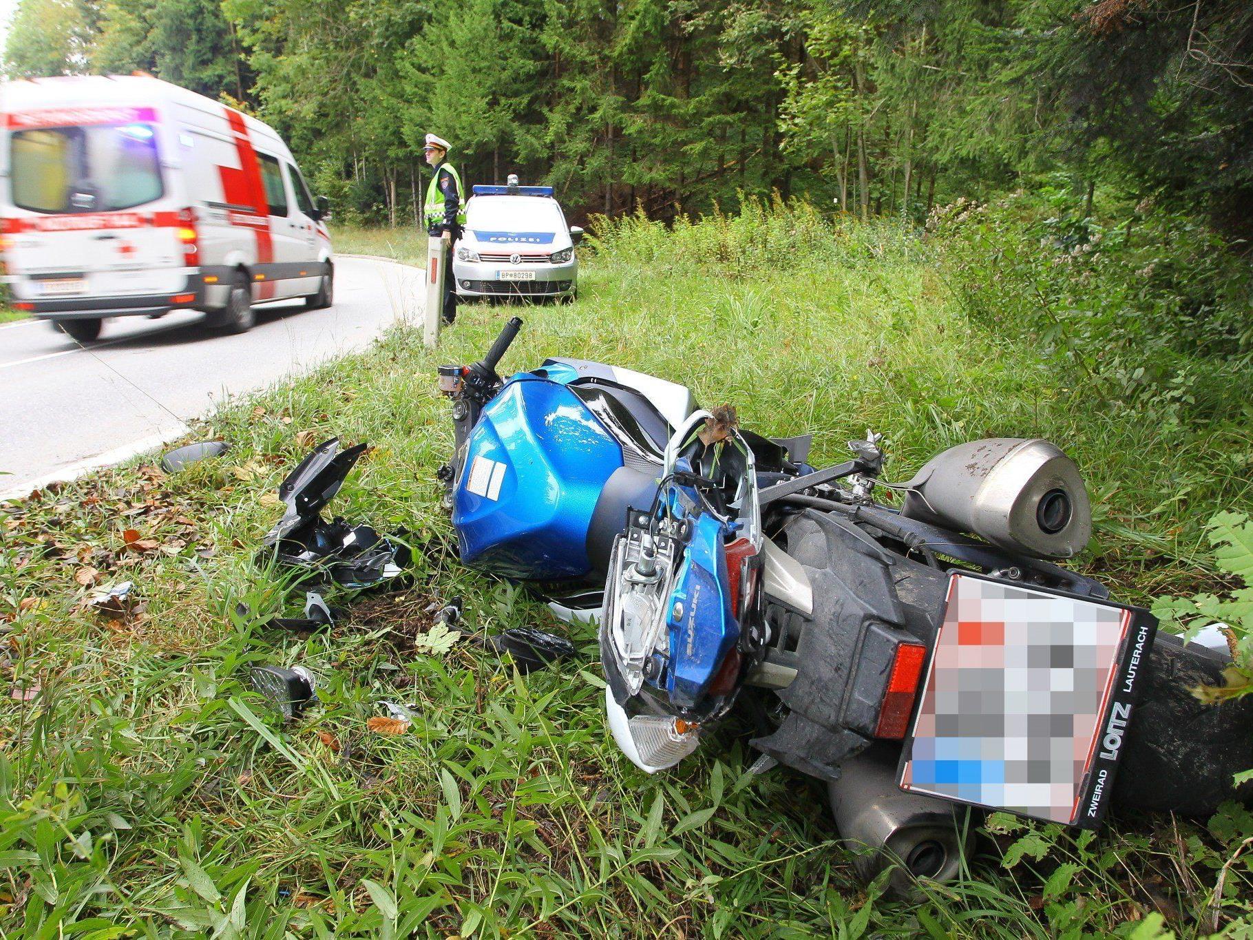 Der Motorradfahrer kam aus ungeklärter Ursache von der Straße ab.