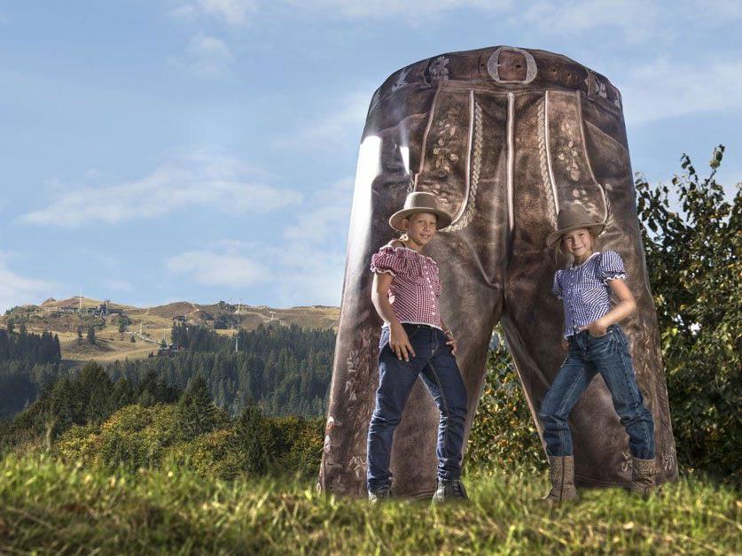 Die Hose hat eine Höhe von 2,46 m und eine Breite von 2,30 m.