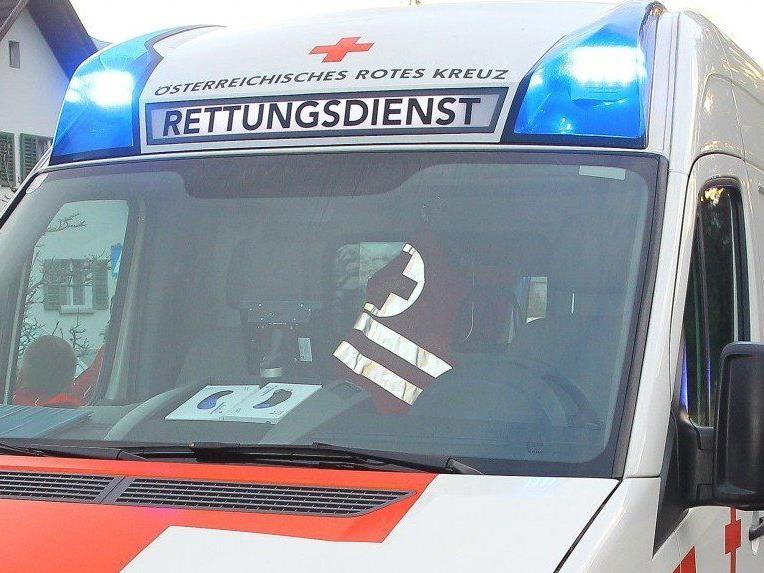 Der Arbeiter wurde mit zwei gebrochenen Armen ins LKH Bludenz gebracht.