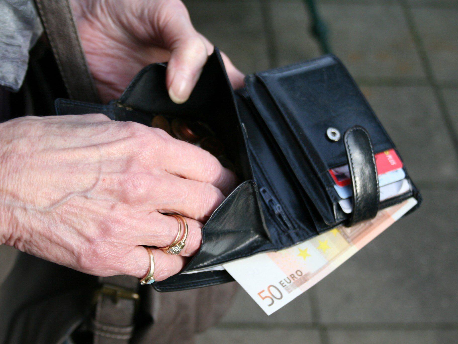 Die Polizei warnt: Immer noch treibt ein Trickdieb, der es auf Papiergeld abgesehen hat, sein Unwesen.