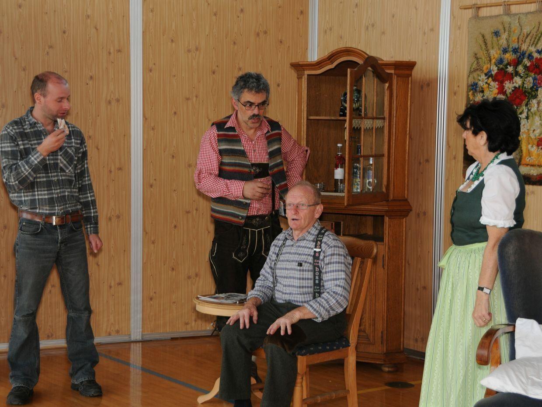 Der Großvater (Robert Domig) im Mittelpunkt (von links Bertsch, Breuss, Leierer)