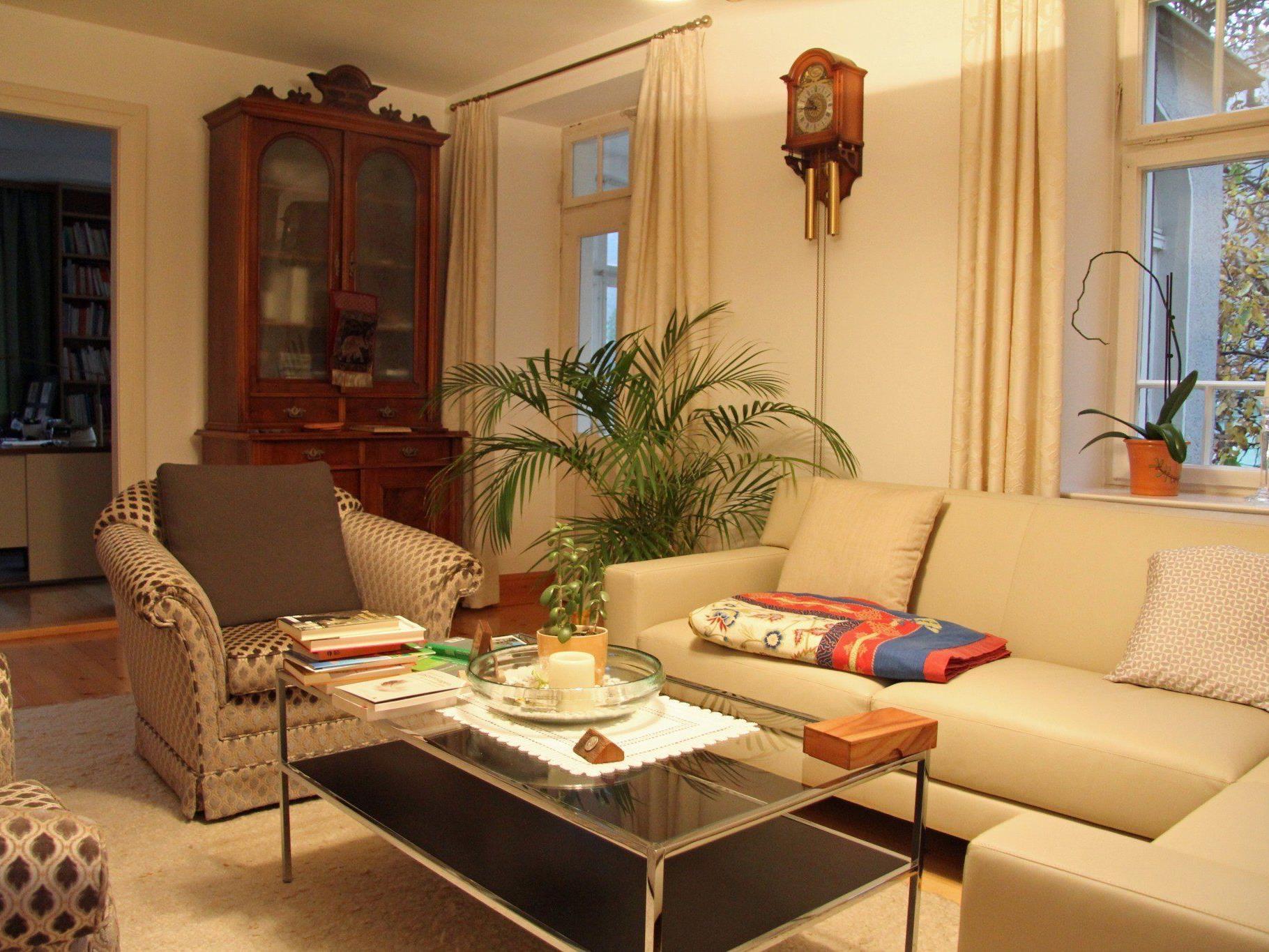 Im Wohnzimmer hält sich Benno Elbs am liebsten auf.