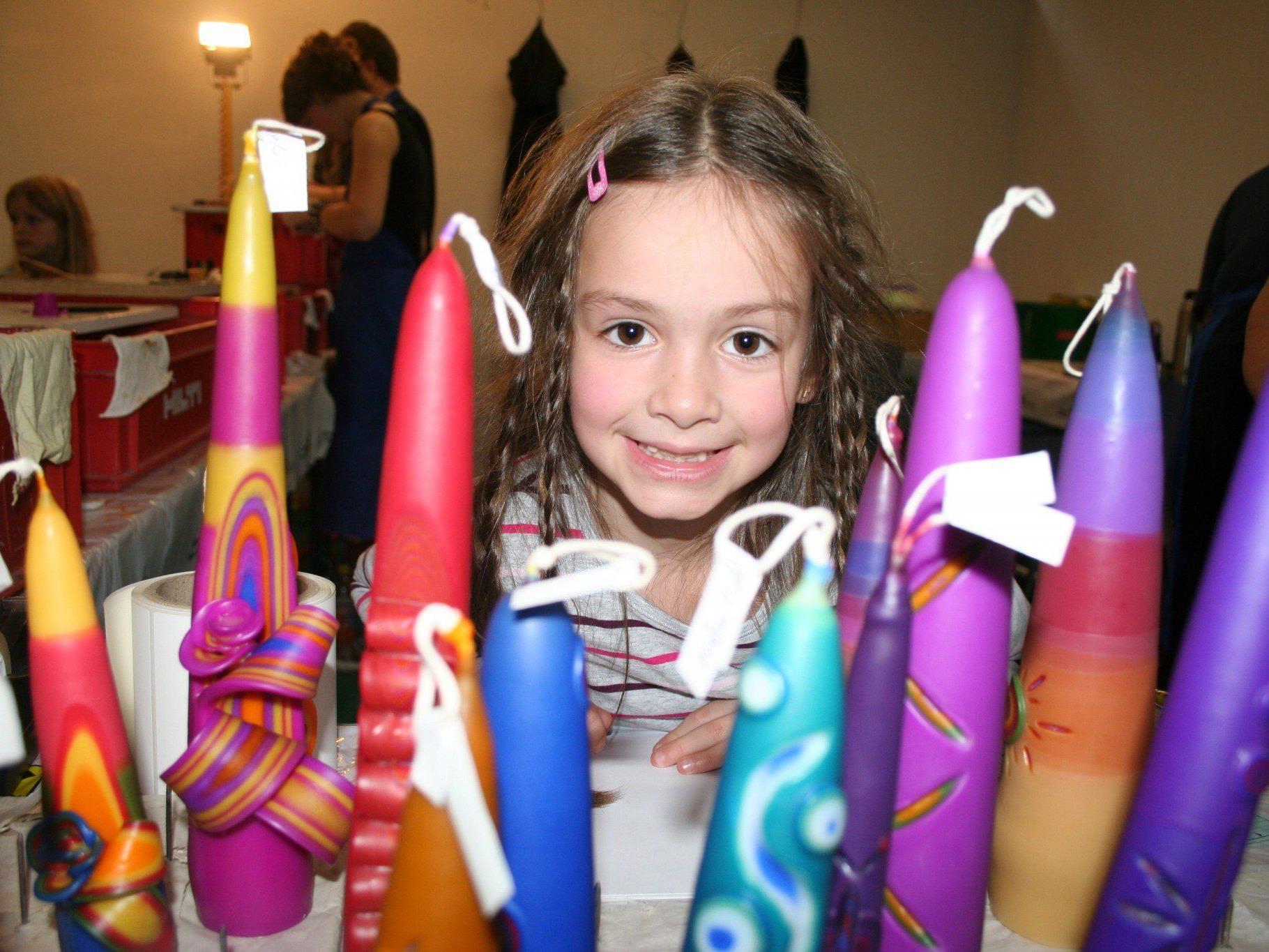 Lea fertigte eine hübsche Kerze an und war begeistert von den vielen anderen Exemplaren.