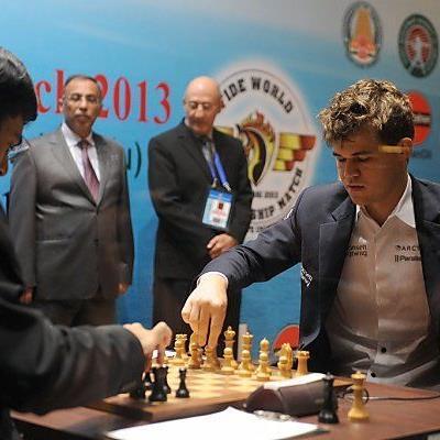 Carlsen hält Titelverteidiger Anand in Schach