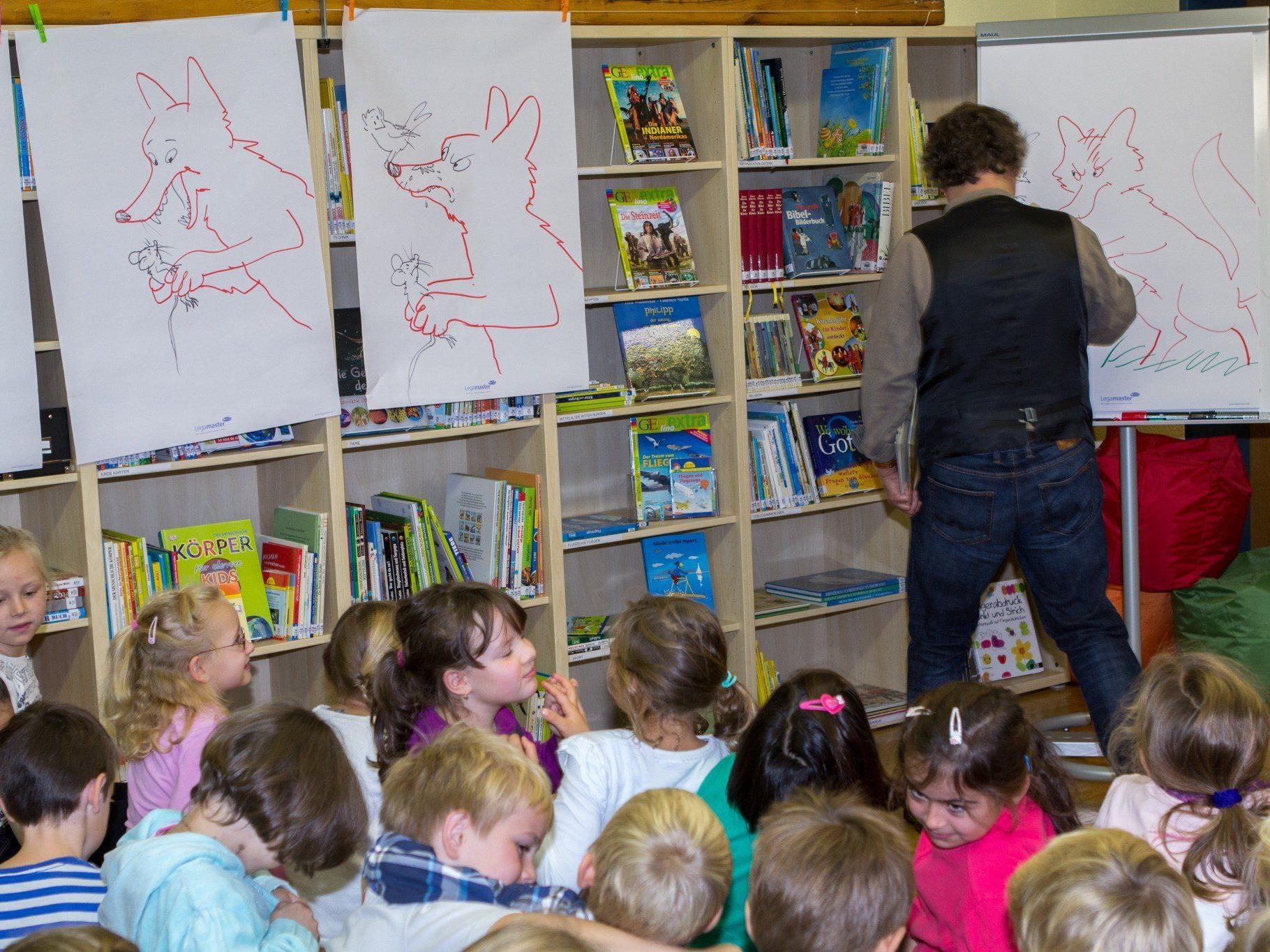 Tolle Bilder, live gezeichnet während einer Lesung aus einem seiner Bücher, bot Reinhard Michl den gespannten Volksschülern.
