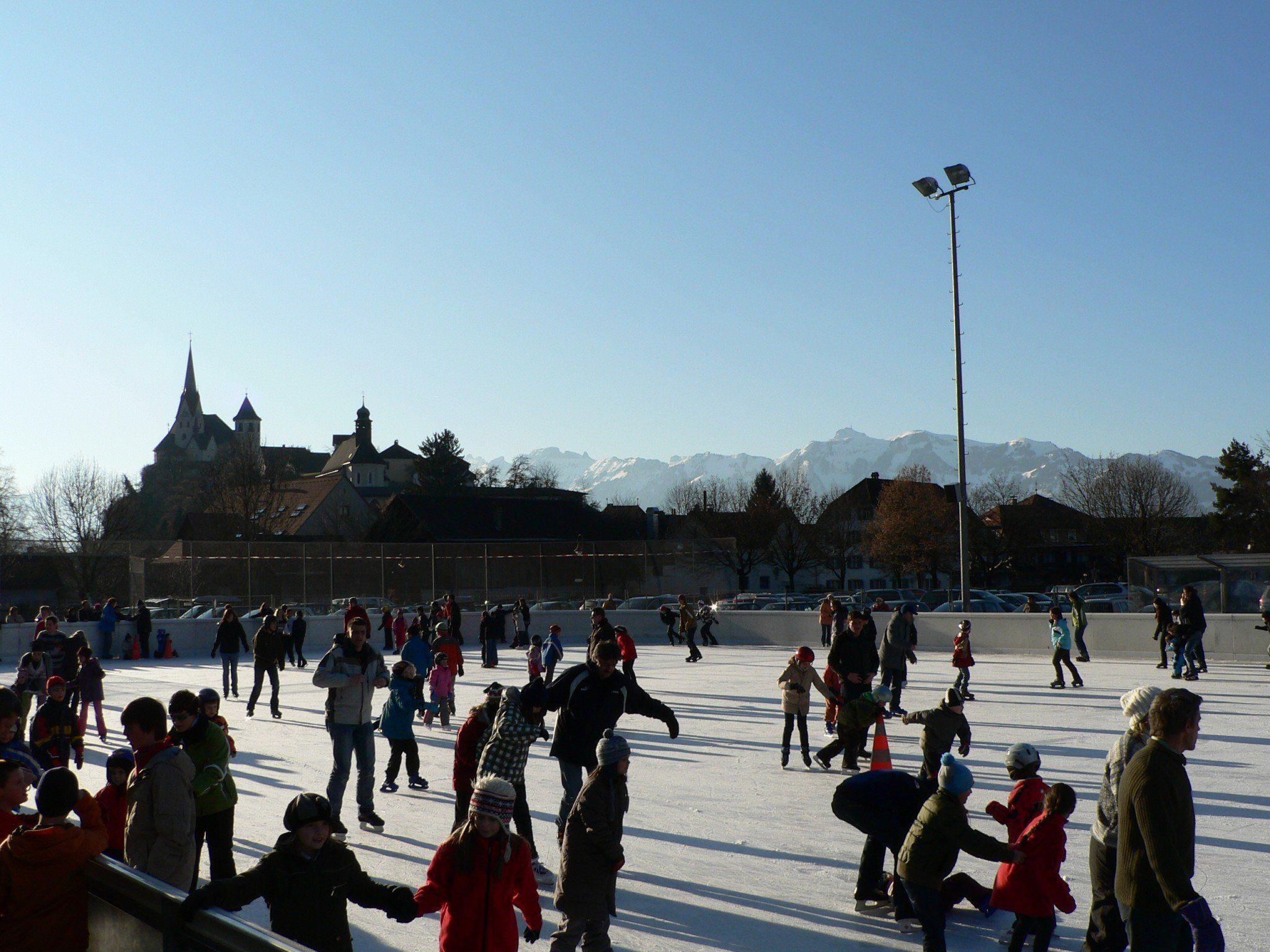 Eislaufen auf dem Eislaufplatz Gastra ist im Winter eine beliebte Freizeitbeschäftigung.