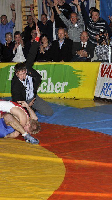 Stefan Hartmann gewinnt sensationell in beiden Stilarten gegen Helmut Mühlbacher.
