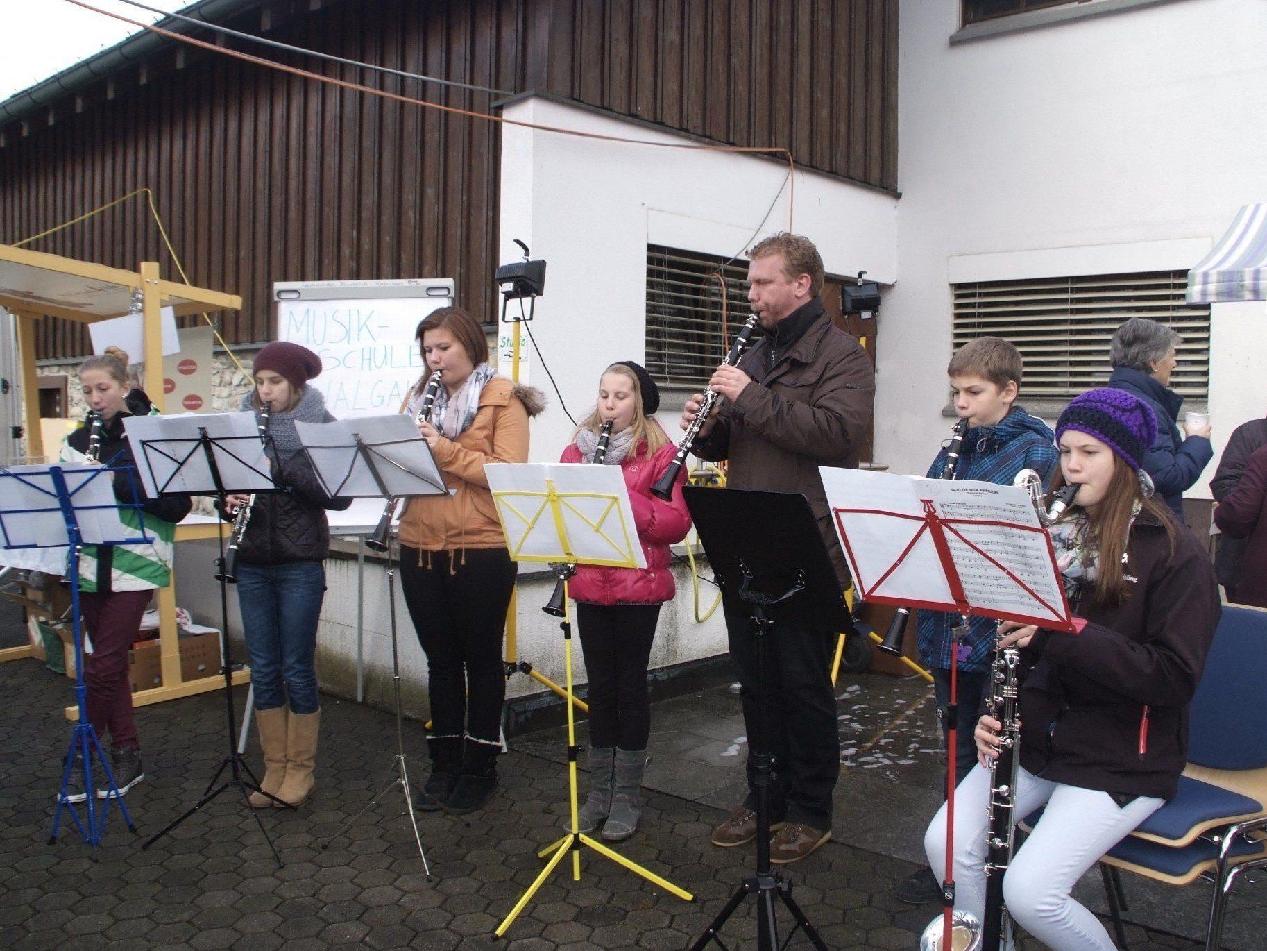 Das Bläserensemble der Walgau Musikschule unter der Leitung von Christian Mathis.