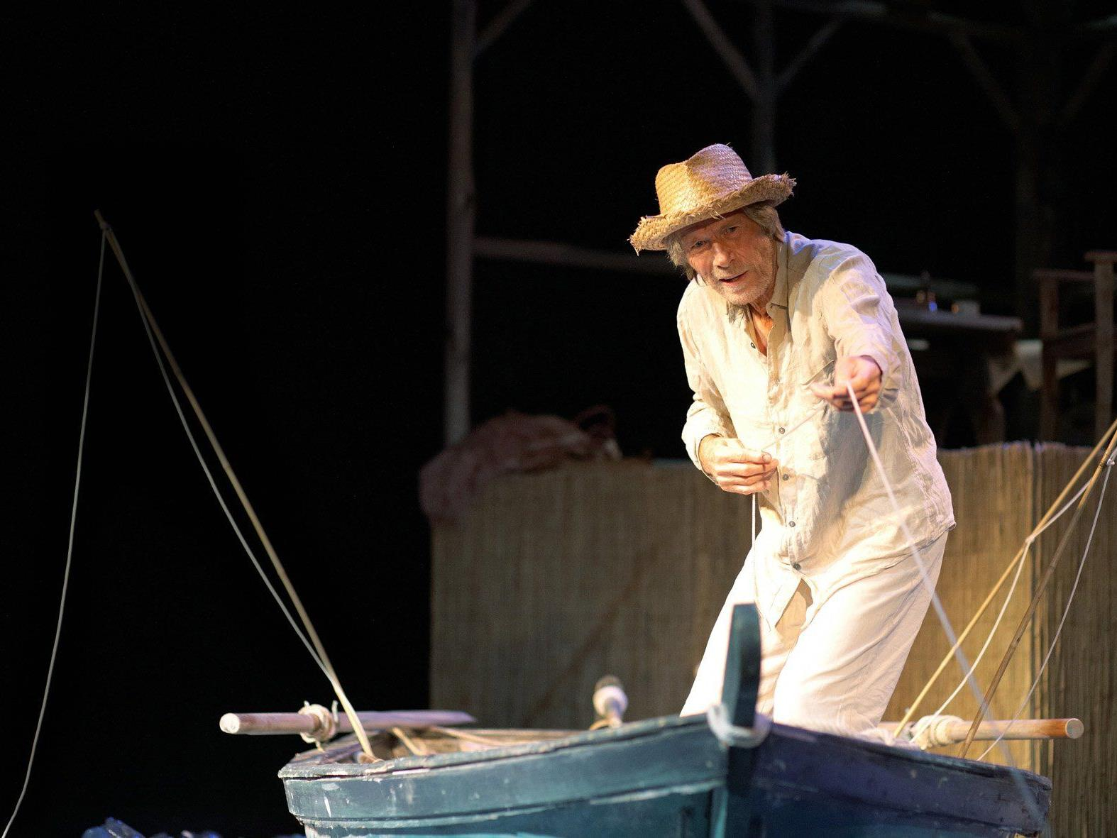 Der alte Mann Santiago (Horst Janson) im Kampf mit den Fischen und dem Meer.
