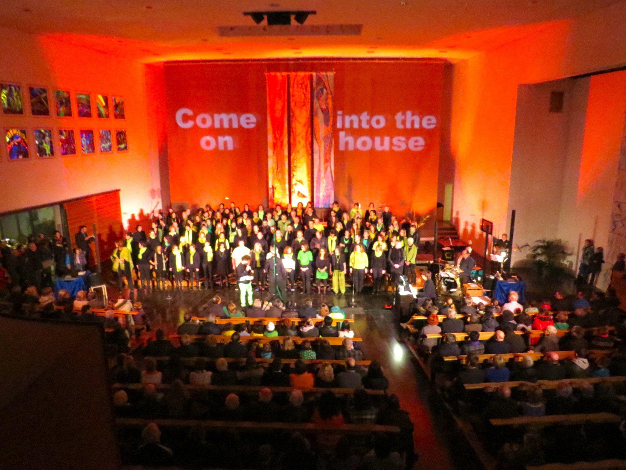 Mitreissend und bewegend war das Gospel-Konzert in der Tisner Kirche, die aus allen Nähten zu platzen drohte