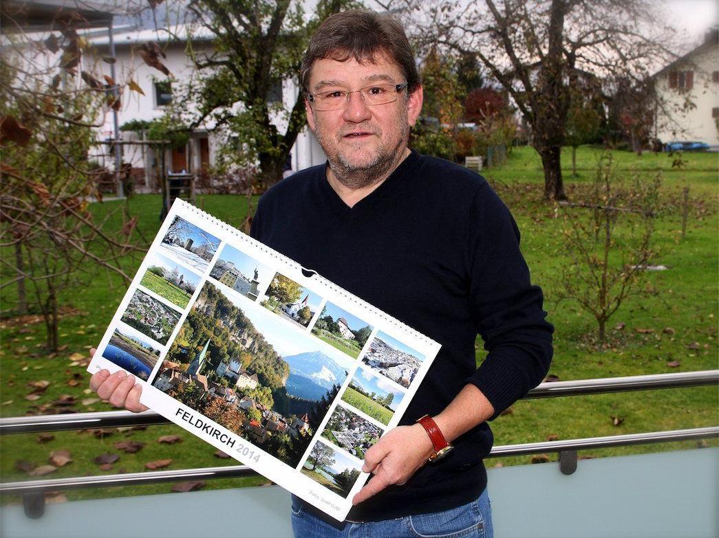 Josef Güfel mit dem von ihm ehrenamtlich gestalteten Feldkirch-Kalender 2014