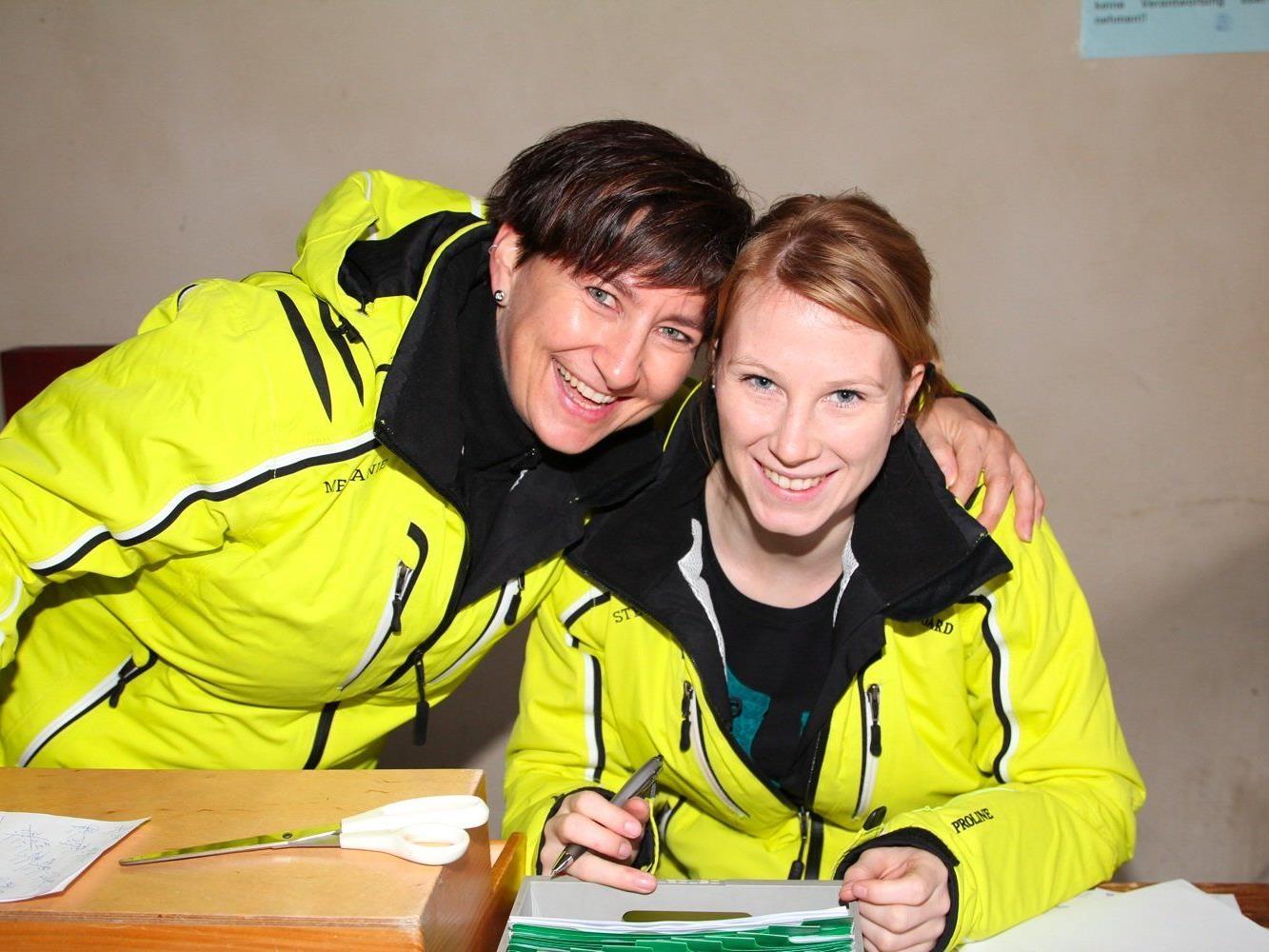 Melanie und Stefanie vom Wintersportverein Nofels hatten die Einnahmen und Ausgaben im Blick