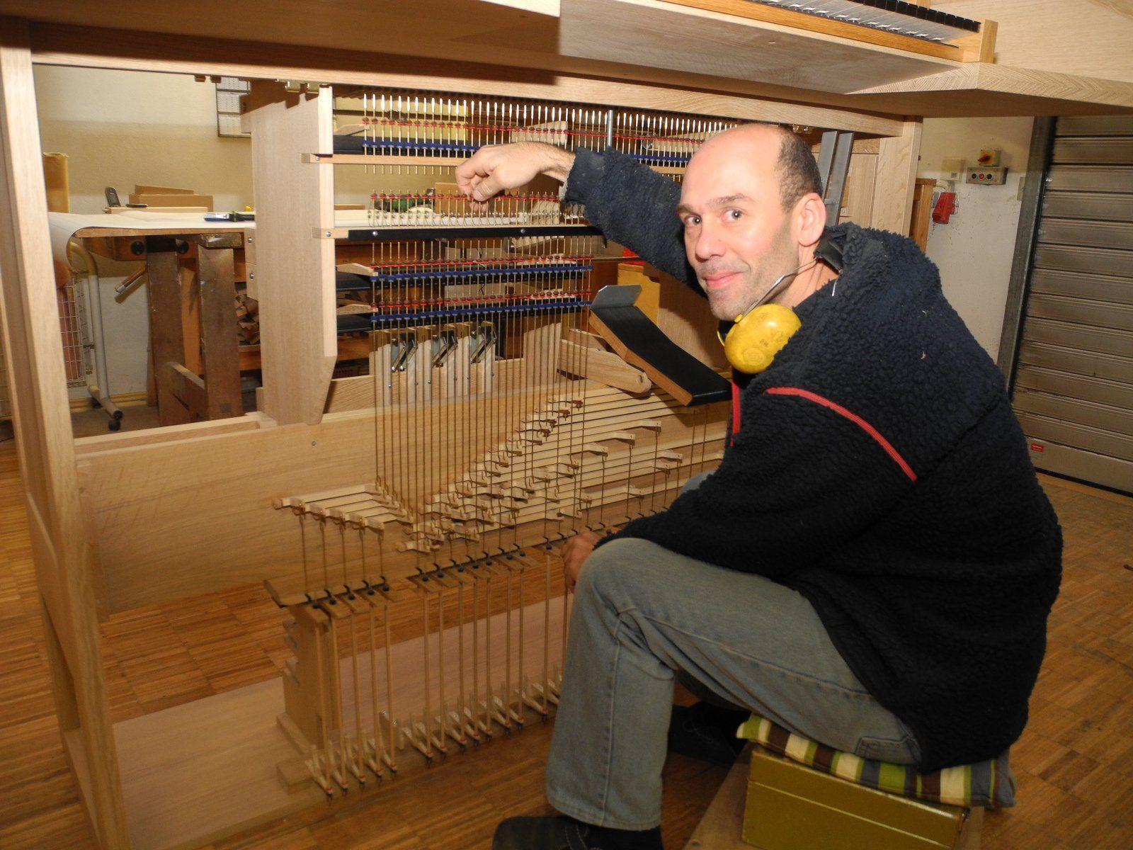 Orgelbaumeister und Geschäftsführer Hans-Jörg Pflüger bei der Montage des Spieltisches für die Gisinger Orgel