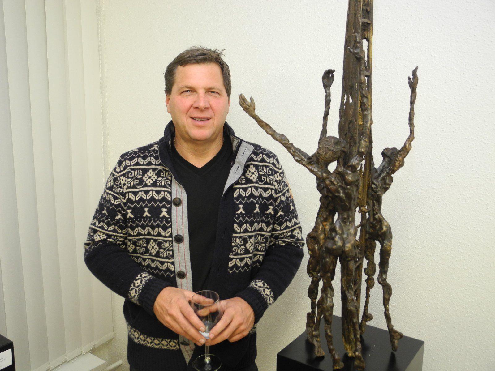 Gerry Mayer, der Künstler aus Dünserberg mit einem seiner Werke in der Galerie Altesse in Nendeln.