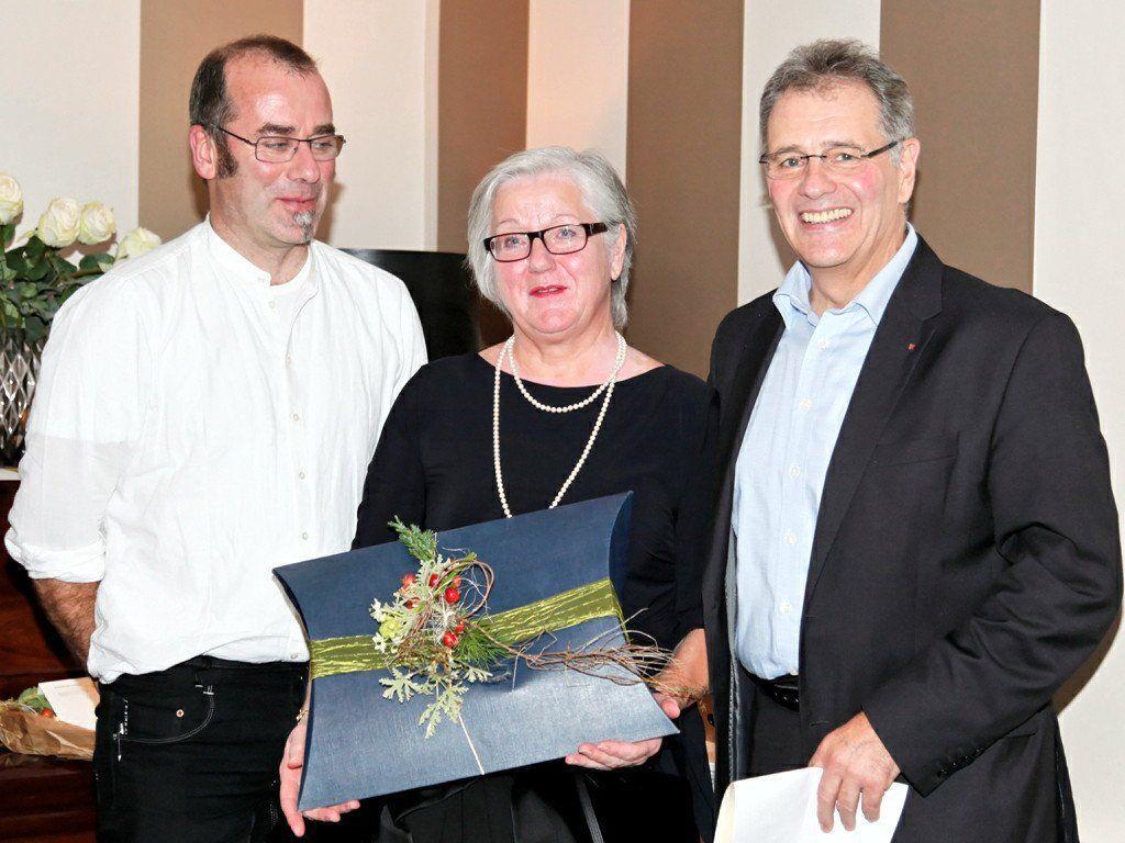 (l.) MOHI Geschäftsführer Wolfgang Breuß, Neopensionistin DGKS Margarete Rothmund und MOHI Obmann Edgar Mayer bei der Verabschidung