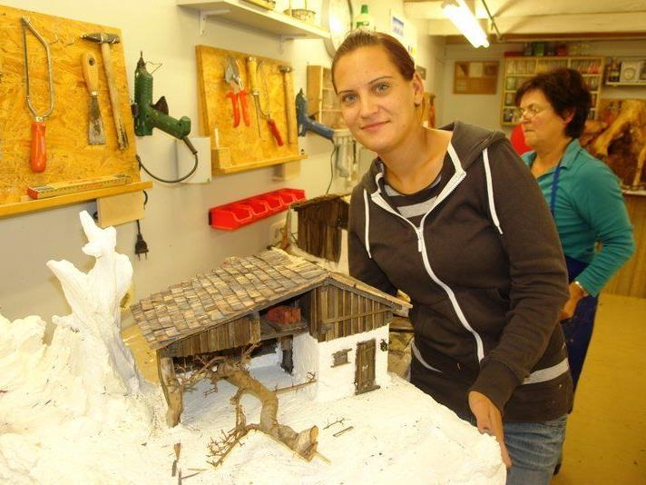 Bei den Rankler Krippenbauern werden die letzten Vorbereitungen für die Ausstellung getroffen