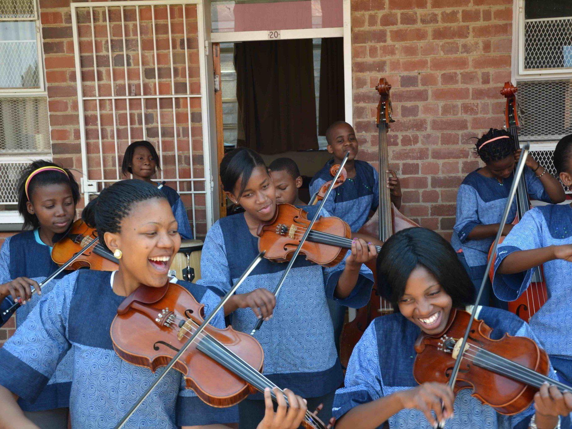 Die jungen MusikerInnen spielen mit großer Begeisterung.