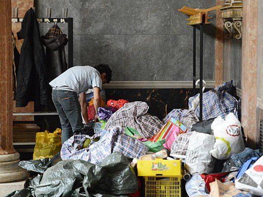 Ein Flüchtling ordnet seine Sachen am Montag in der Aula der Akademie der Bildenden Künste in Wien