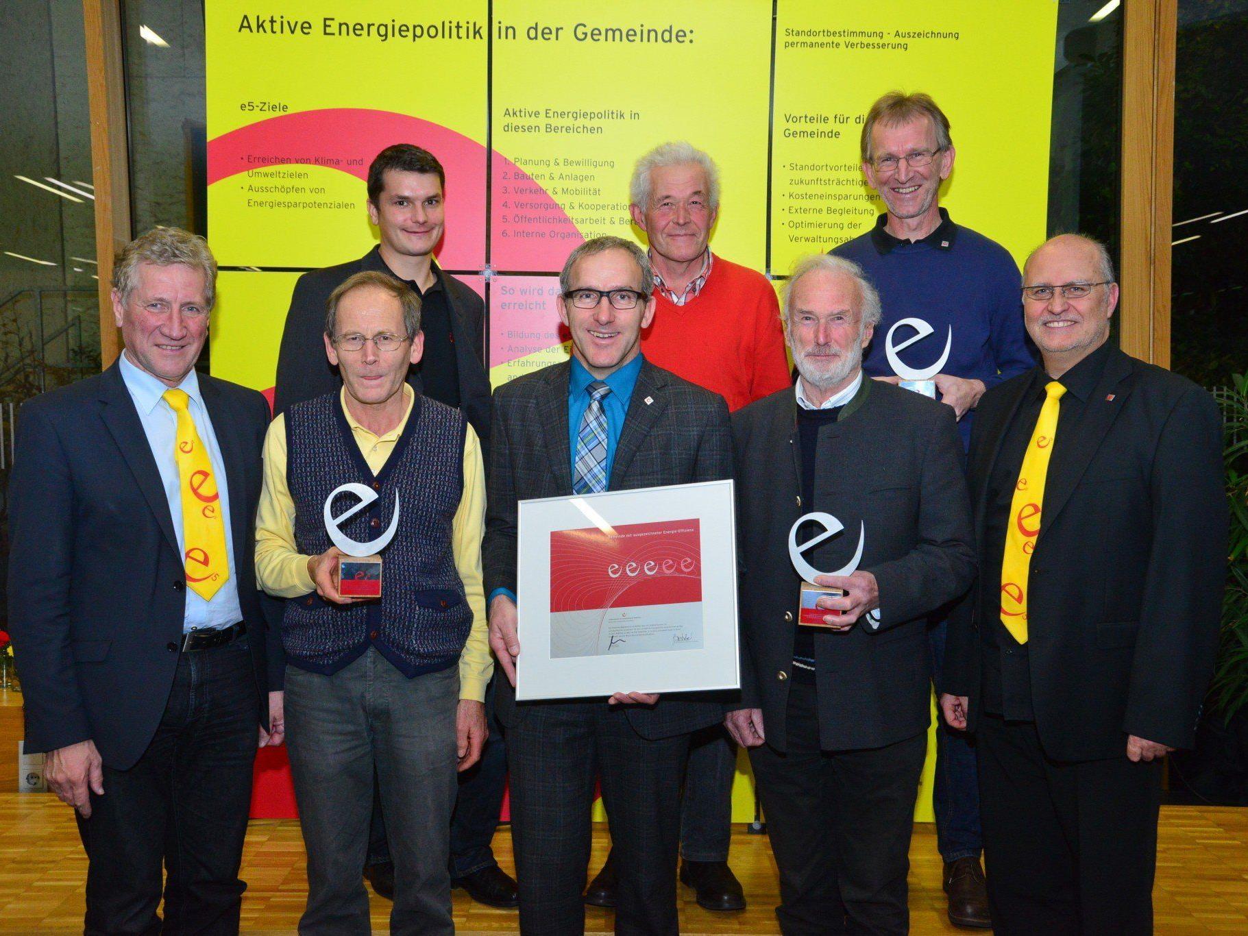 Landesrat Erich Schwärzler (li.) und e5-Programmleiter Karl-Heinz Kaspar (re.) überreichten das Zertifikat dem e5-Team mit Bürgermeister Martin Netzer (Mitte).