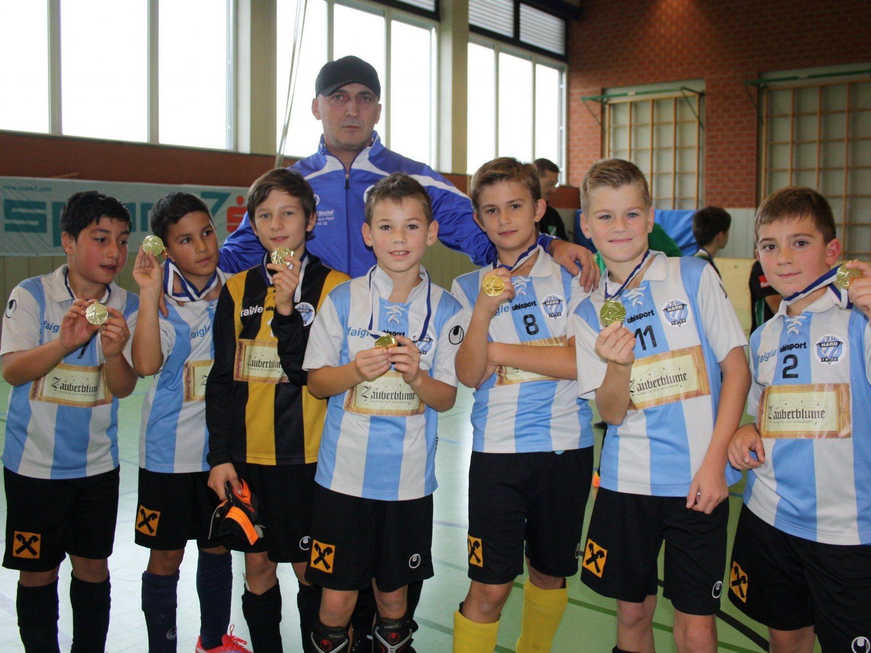 Mit Stolz präsentieren die jungen Fußballer des FC Hard A (U 11) ihre Medaille.