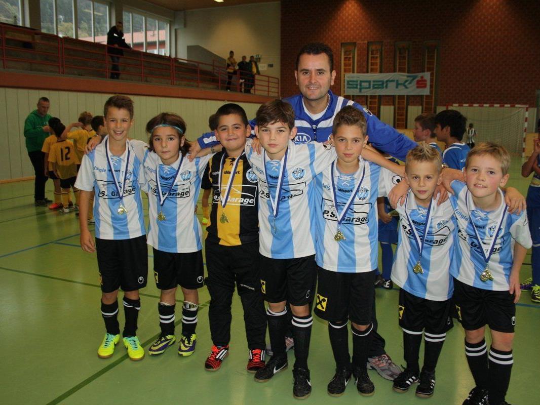 Mit Stolz präsentieren die jungen Fußballer des FC Hard ihre Medaille.