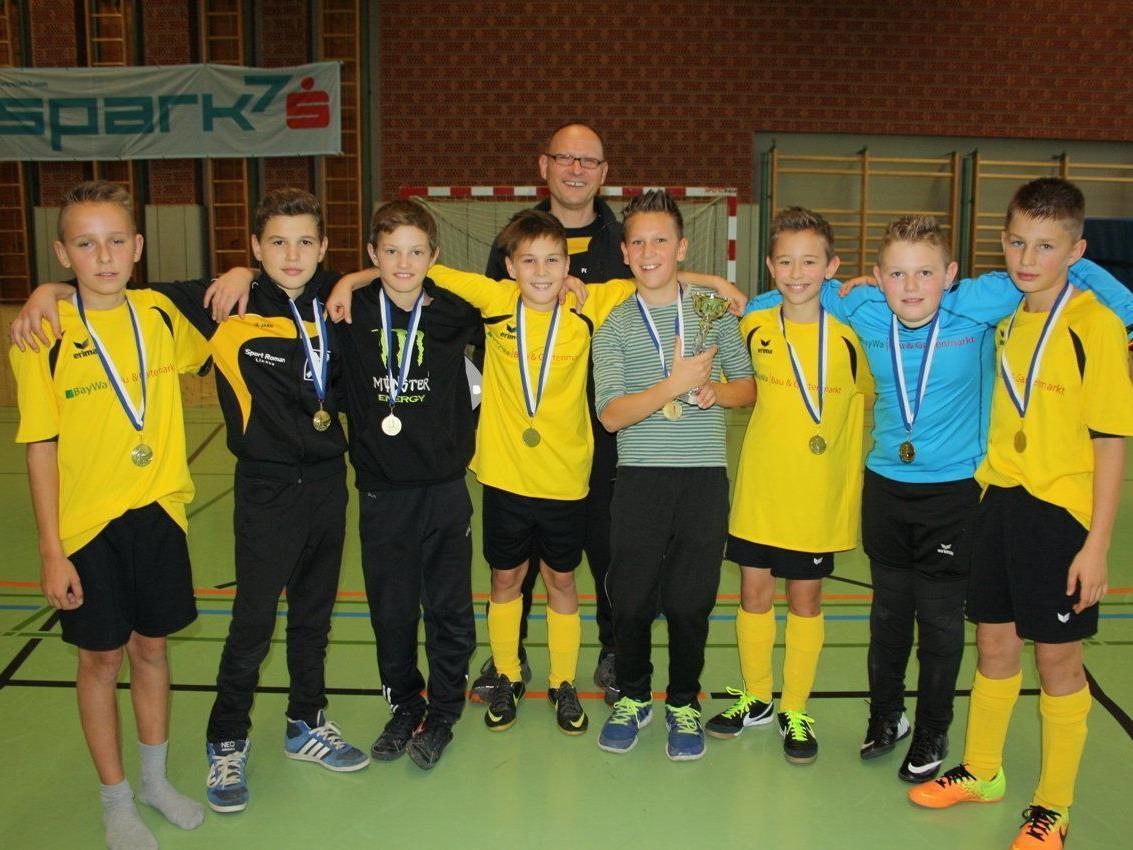 Mit Stolz präsentieren die jungen Fußballer der SPG Hörbranz/Hohenweiler A (U 13) Pokal und Medaille.