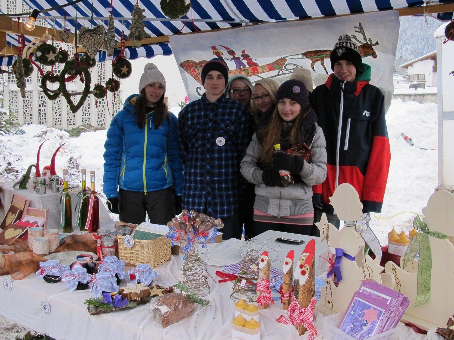 Die Marktständler laden recht herzlich zum Adventmarkt ein.