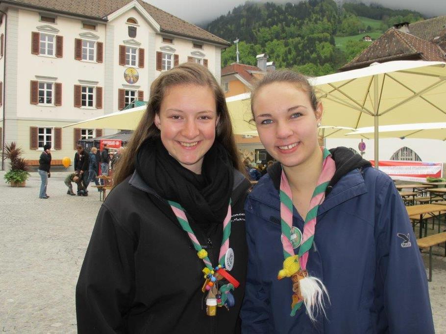 Stefanie Burtscher (links) unterstützte die Sammlung in Vandans.
