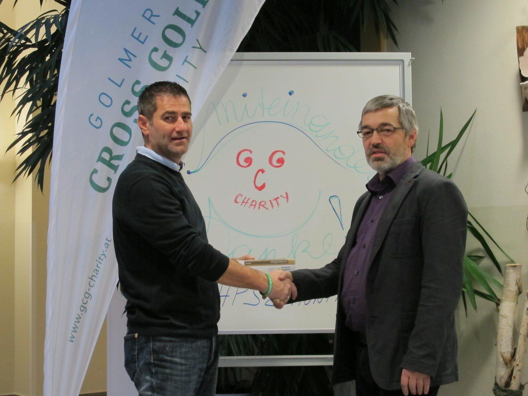Peter Vonier (links) übergibt Dir. Ludwig Fleisch die beiden EduLink-Anlagen.